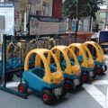 Samoobsługowa wypożyczalnia wózków sklepowych dla dzieci